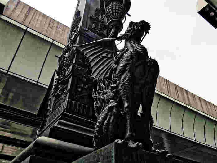 日本橋といえば、やはり有名なのが獅子や麒麟の像ですよね。こちらの麒麟は吉兆をあらわす伝説の霊獣で、東京の繁栄を象徴して作られたそう。近くで見ると、その大きさと凛々しさに圧倒されます。