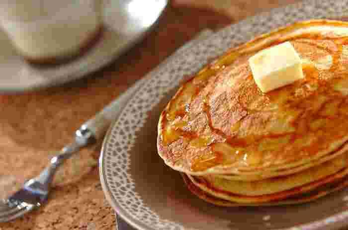 ごくごくシンプルなパンケーキ。バターやはちみつをトッピングしてシンプルに召し上がれ♪