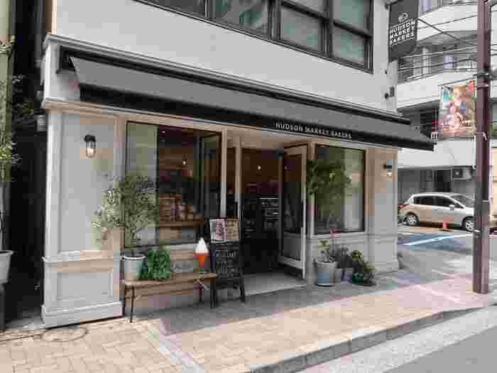 ニューヨークスタイルのスイーツを味わえるお店が「ハドソンマーケットベーカーズ」。ニューヨークチーズケーキや、キャロットケーキが定番&人気のケーキです。