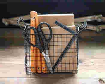 こちらのバスケットも作り方は同じ。四隅のカットの大きさを変えるだけで、形が異なるバスケットが作れます。深めなので、文房具を入れたり、机に置いて小物を入れたり、細々とした収納に便利!