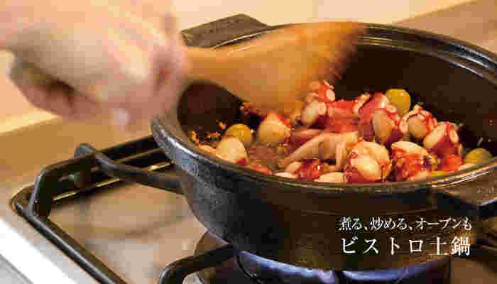 ストンとした印象のこちらのお鍋は、長谷園のビストロ土鍋。その名の通り、煮る・炒める・オーブン・蒸し焼きなど、まるでビストロのようなレシピが作れてしまう優秀なお鍋です。