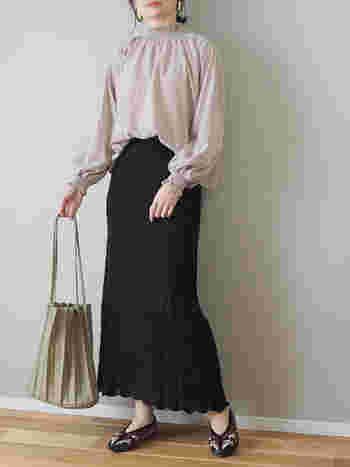 きれいめに着こなしたい時は、こちらを参考に。夏らしいクロシェ編みの爽やかなスカートも、品のあるベージュのハイネックブラウスと合わせることで、一気に秋モードになります。