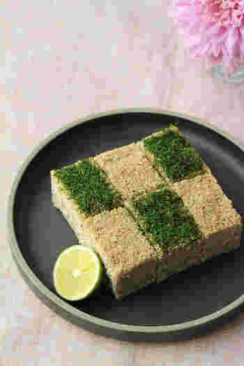 2色の松風焼きは、和モダンな見た目ですね。お豆腐入りでヘルシーなレシピです。 こちらも、材料を混ぜてオーブンで平らに焼くだけでできます。 表面の色は、青のりでつけています。