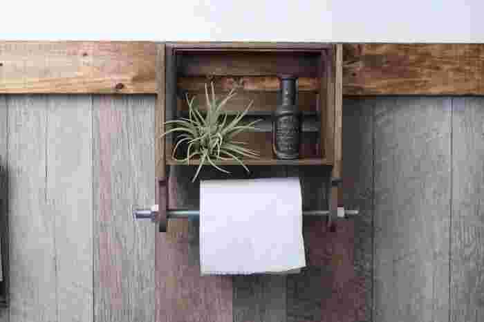 ナチュラルアンティーク風のトイレットペッパーホルダーは、セリアのスクエアBOXとカッティングボードを組み合わせて作っています。上の棚部分には、エアプランツや空き瓶を飾ったり、消臭剤を置いてもいいですね。