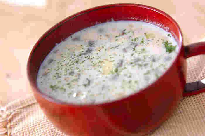 きのこを牛乳でコトコト煮込んで作る、寒い日の朝食にもぴったりなきのこのミルクスープです。牛乳のコクときのこの旨みが引き立て合い、美味しさが身体に染み渡ります♪