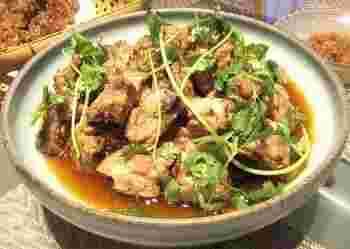 豆鼓と豆鼓醤が醸す味が奥深い、いままでにないスペアリブ料理。中華調味料の実力が納得できる一品です。漬け込んで蒸すだけですから、とても簡単!お肉に限らず、魚介類もぜひ豆鼓蒸しにしてみてください。ちょっとはまるかも。