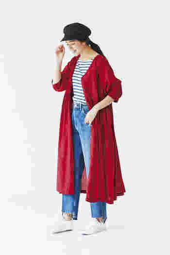 秋冬はこっくりと深みのある「赤」のお洋服が着たくなる季節。 赤いアイテムを一つ取り入れるだけで、コーディネート全体が華やかな印象になりますよね。 とはいえ、存在感のある色だからこそ「自分には似合わないかもしれない…」と躊躇してしまう色でもあります。