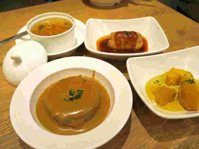 コンソメで煮た大根ポルチーニソースがけは感動もののおいしさ!フォアグラの茶碗蒸しなど、フレンチと和食の調和がすばらしいと評判です。