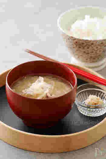 週半ばの水曜日、レンジで作れるらくらくお味噌汁はいかがでしょう?出汁不要なのも嬉しいですね。加熱後に味噌を加えることで、レンジ調理でもおいしいお味噌汁に。