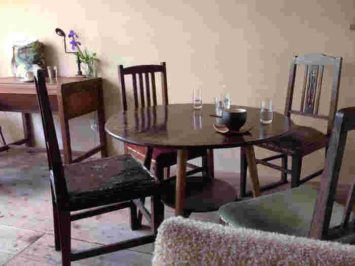 アンティークチェアには様々なスタイルがありますが、同じデザインで統一する必要はありません。同じ雰囲気の家具をセレクトすれば、きれいにまとまります。英国アンティークの木製ラウンドテーブルとあわせてみるのもおすすめです。