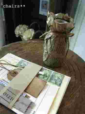 クシュッと様になるワックスペーパーは、花瓶など立体的なアイテムもラッピングすることができます。包んで麻ひもで留めるだけで、あっという間に完成しますよ。