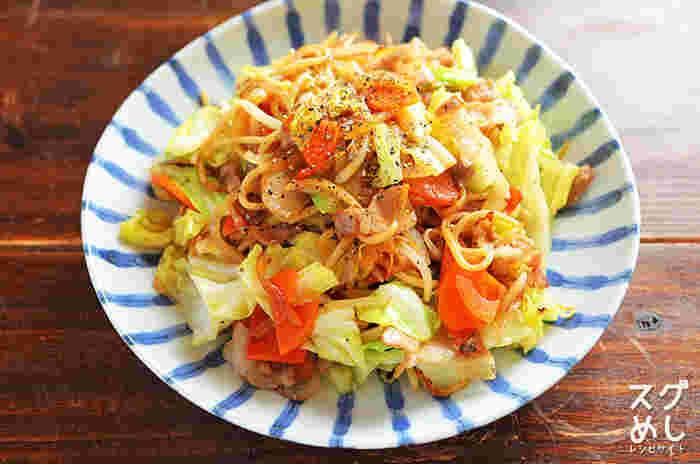 中華スープの素とオイスターソースをベースにした、さっぱり塩焼きそば。キャベツなどの野菜をたくさん入れれば、これひと皿で満腹に!