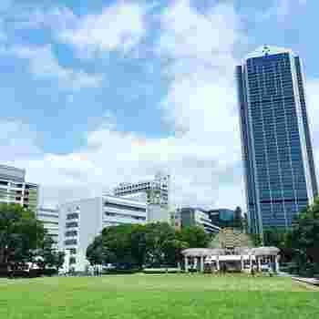 神戸市役所のすぐ傍の公園は、都会の中でありながらも静かなひと時を過ごせます。 芝生エリアの拡大により家族連れはもちろん、話場として利用する若者の姿も多です。