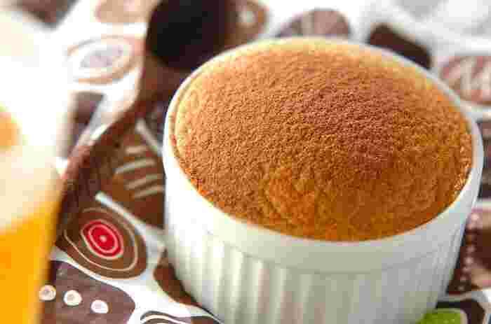 ボウルをひっくり返しても落ちないほど泡立てたメレンゲを使うのがコツ。焼くのは、オーブントースターで10分程度ですので、簡単です。あつあつふわふわを召し上がれ。