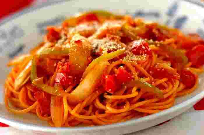 こちらは、生のトマトを使った、爽やかでフレッシュなナポリタン。具をごろっと大きめに切っていますので、食べ応えもあります。最後に加えるバターも、いい香り。