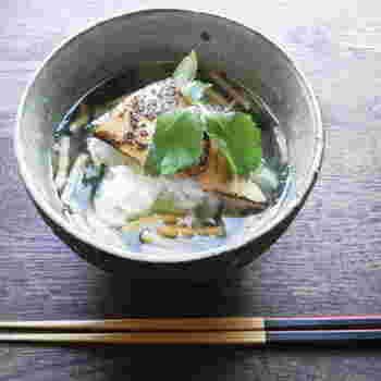 ゆず胡椒がぴりりと効いた麺つゆで作る簡単レシピです。鮪以外の焼き魚を使ってもおいしそうですよね。