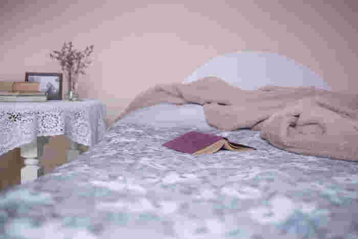 ラベンダーなど癒しの香りのアロマキャンドルや目を温めるアイマスクもリラックスを得られます。上質な睡眠を促すためにベッドリネンや枕なども見直してみましょう。睡眠は美容とともに自分が自分で簡単にできる自己投資でもあります。充分な睡眠があなたの人生を左右しますよ。