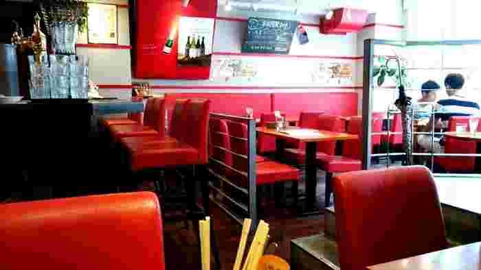 赤と黒を基調にしたスタイリッシュな店内。昼間は観光客でにぎわく六区通りにありますが、朝は静かで落ち着いた時間を過ごせますよ。