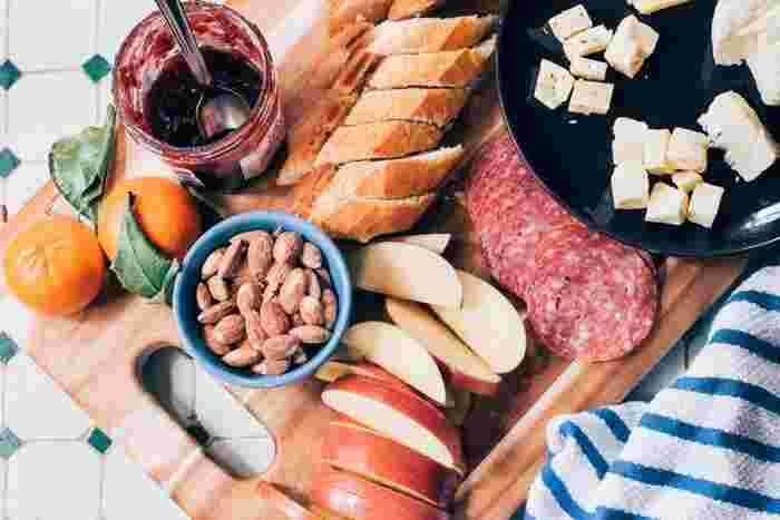 カルテスエッセンの基本は、ハムやソーセージ、チーズとパンなどが主です。ジャムやバター、お好みで軽いサラダやピクルスなども。テーブルに並べ、家族がそれぞれ好きなものを取りながら挟んだり、塗ったりして食事をします。一緒にワインなどを楽しむことも。
