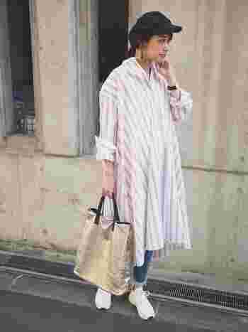ゆったりとしたストライプのシャツワンピースにデニムを合わせたリラックススタイル。足元が重くならない白スニーカーを取り入れたお出かけコーデは、オシャレなのに楽チンでご機嫌な休日を過ごせそう!