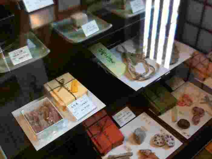 交通機関を利用して「上野」に来ているのなら、お土産を買い、一息入れてから帰路に着きたいものです。 【「桃林堂 上野店」も藝大近くにある人気和菓子店。喫茶室も併設され、かき氷や自慢の和菓子が頂ける。】