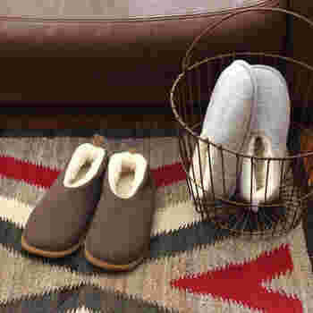 ウールをたっぷり使った「FLOKATE(フロカティ)」のルームシューズ。足を入れてみると、クッション性とふわふわ感に感動。足元を優しく暖かに包みこんでくれます。