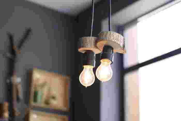 デザイン性の高いライティングを部屋の中心に置くと、部屋が引き締まります。  こちらはシンプルながら電球とウッドの組み合わせがとてもユニークなデザインです。一見クールな感じですが、電球の暖かな光が部屋を包み込んでリラックスさせてくれそうです。