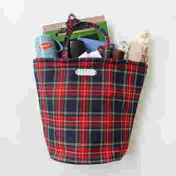 赤と緑のタータンチェック柄を、前面に施したトートバッグです。バケツのように丸みのある形なので、収納力は抜群。  デイリー使いにぴったりなサイズ感で、使いやすいのも◎です。