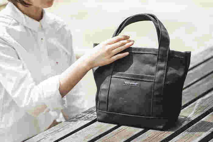 丈夫なキャンバス生地の質感と丁寧なソーイングがキレイなトートバッグです。外側に付いたポケットとロゴが、バッグのアクセントになっています。