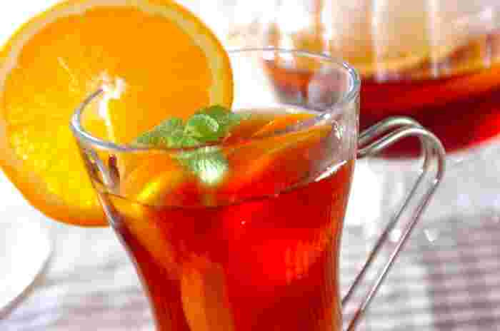 そんな紅茶と爽やかなオレンジをあわせて、よりおしゃれな読書時間はいかがですか?こちらはオレンジと甘いハチミツを少々プラスし、夏にぴったりのミントを添えたドリンク。はちみつに含まれるルテインという成分は、眼精疲労の回復に効果があるそうですよ。