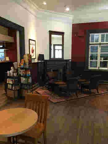 古い洋館を改装した店内は、当時のお家の様にラウンジ・ダイニングルーム・ゲストルームとお部屋がいくつかに分かれていて、その部屋ごとに合わせた調度品が置かれたレトロな雰囲気。