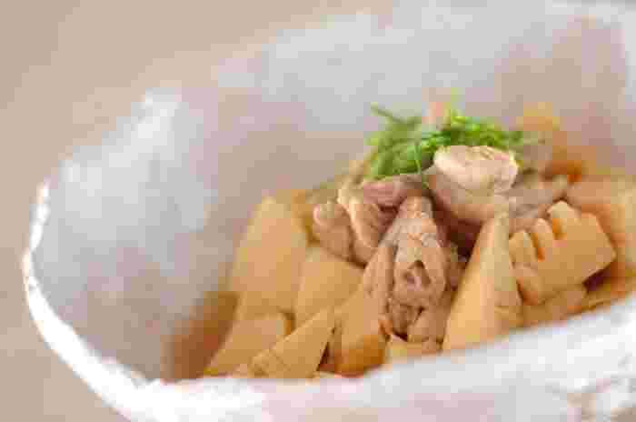 こちらはお麩にタケノコと鶏肉を合わせて、醤油・オイスターソースで煮た上品な味わいの煮物料理です。タケノコが旬を迎える春にぴったりの一品。シンプルな材料で簡単に作れるので、初心者さんにもおすすめですよ。