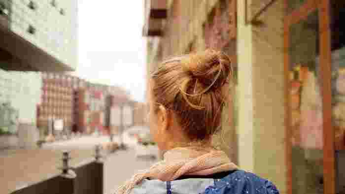 今回は、そんな秋冬の首元をすっきりと演出してくれるヘアアレンジをご紹介。  ストールを巻くとなんだかモサっと見える…… もう少し頭部分と首元のバランスを取りたい! 髪の毛が乱れるのはいや!  ……など、長めヘアさんをはじめ、秋冬のストールを使う際のヘアアレンジにお悩みの方のご参考になれば幸いです♪