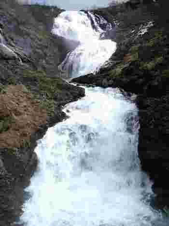 フロム鉄道に乗ってきた人しか見ることができないショース滝がこちら。落差が225mもあるので水の威力を目の前で感じることができます。また、この地の古くからの言い伝えに登場する山の妖精フルドレに扮したドレスを身につけた女性が滝のそばで美しいソプラノの歌声を響かせてくれる余興も。見所たっぷりです!