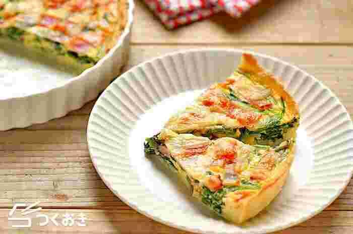 おかずにも、付け合わせにも使えて、朝ごはんやお弁当にも使える、ほうれん草とベーコンのキッシュ。パイ生地のレシピも掲載されていますが、時間がないときは、冷凍のパイシートを使えば時短になります。