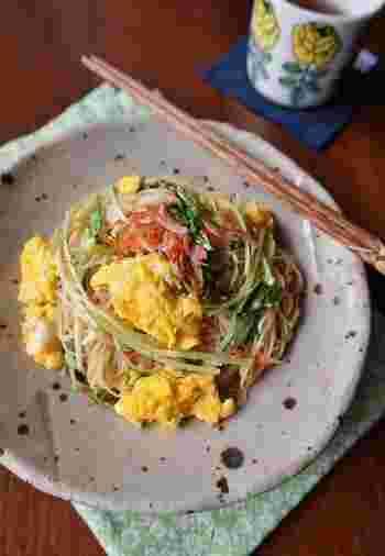 水菜と桜エビ、卵の彩りがとても綺麗な、ちょっと変わったチャンプルーレシピです。そうめんを減らして水菜をたっぷり加えれば、カロリーも抑えられて軽食にも◎!