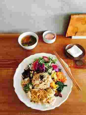 ランチメニューは、有機玄米おばんざいプレートで、主菜を本日のおすすめなど5種類から選びます。お味噌汁と漬物が付いて、プレートにはもちもちの玄米と、驚くほどたくさんの副菜。ひとつひとつが丁寧に作られたおばんざいは、どれも美味しく、1時過ぎにはランチが売り切れてしまうこともあるそうです。