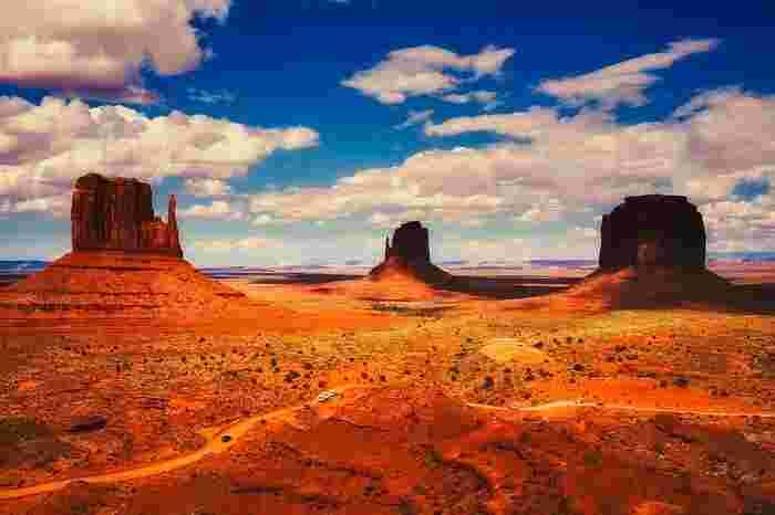 ジョン・フォード監督によって撮影された普及の名作映画「駅馬車」「捜索者」のロケ地となったモニュメント・バレーは、アメリカ合衆国ユタ州とアリゾナ州をまたがる一帯です。「ナバホ族の聖地」とも異名を持つモニュメント・バレーは、ヨーロッパからの移民によって開拓される前のアメリカ西部の面影を色濃く残しており、アメリカの原風景が広がっています。