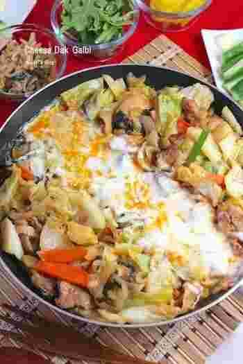 お子さんや辛いものが苦手な人にもおすすめの、辛さを控えたレシピです。定番のキャベツや玉ねぎに加えて、にんじんやニラなど具沢山!たっぷり野菜を食べることができますよ♪