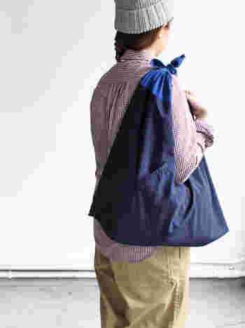 持ち手はお好きな場所で結んで調整可能。このように、肩から掛けることもできますよ。外側にポケットが付いているのも嬉しいですね♪  モダンでおしゃれに進化した日本生まれの風呂敷バッグ、ぜひ日々のお買い物の相棒にしてくださいね。
