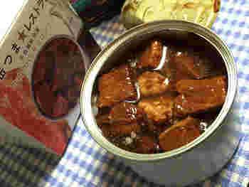 こちらは「缶つま★レストラン」の「牛肉のバルサミコソース」  「缶つま」は、少し温めるとよりおいしくなります。温め方も簡単で、90度ほどのお湯をはったお鍋やボウルに缶ごと入れて、2~3分ほど湯煎するだけ。人肌にあたたまればOKです。