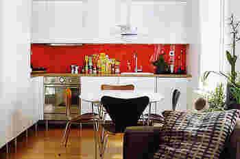 パキッとした赤が印象的なキッチン。ビビッドカラーは、お部屋のポイントとして取り入れると◎シンプルな白のキッチンが明るい雰囲気になっています。