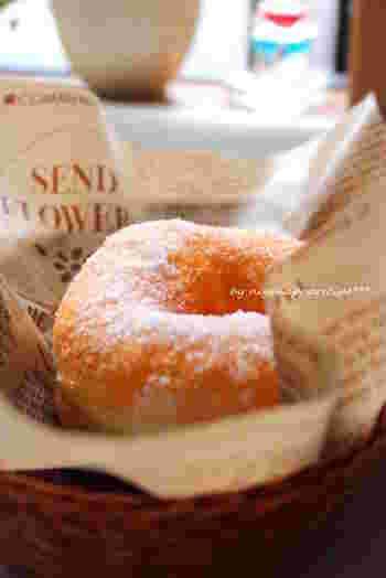 パン生地を使った揚げドーナツはどこか懐かしいような味わいです。熱いうちにグラニュー糖をたっぷりまぶして、召し上がれ。