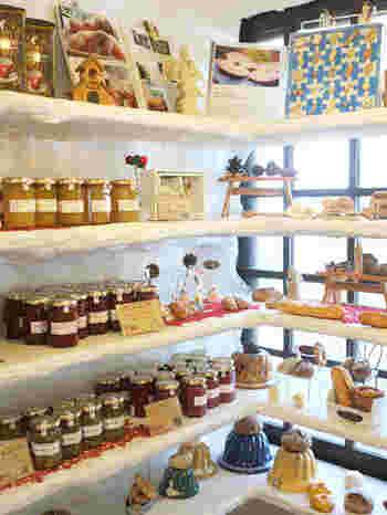 パンはもちろん、季節ごとの旬の果物を使った自家製のコンフィチュールも人気です。お友達へのお土産にいかがでしょうか?