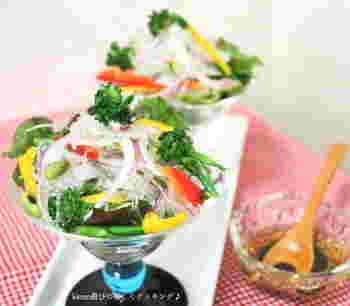 サラダ用の糸寒天は見た目もキラキラとっても綺麗。ガラスの器に盛りつければおもてなしメニューとしても喜ばれますよ。赤、緑、黄色と彩り豊かな野菜と合わせて。