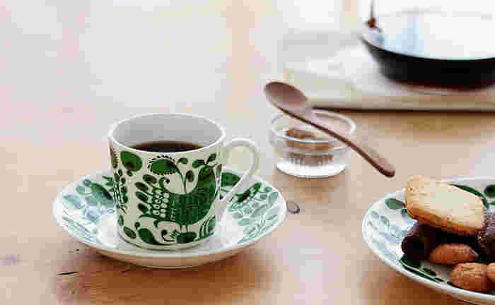 1825年、スウェーデンのストックホルムに設立された陶器メーカー『Gustavsberg(グスタフスベリ)』社。天才デザイナーのスティグ・リンドベリや、日本でも人気のリサ・ラーソンなど、数々の有名デザイナーが活躍しました。3羽の可愛い鳥が描かれたこちらのコーヒーカップ&ソーサーは、スティグ・リンドベリの名作シリーズ「TURTUR(チュールチュール)」の復刻版です。まるでおとぎ話のような幻想的な模様が、毎日のティータイムを特別な時間にしてくれそうですね。