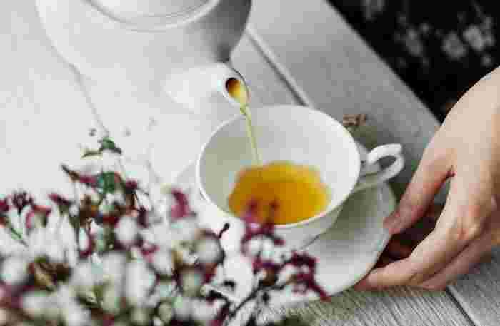 紅茶の歴史は古く、中国からヨーロッパへお茶が伝わったのは17世紀であるといわれています。 イギリスでは当初、貴族の間で宮廷で楽しまれる習慣でした。今では誰しもが飲むことができる紅茶ですが、おいしい紅茶を淹れるのであれば、基本のルールにしたがって淹れてみましょう。