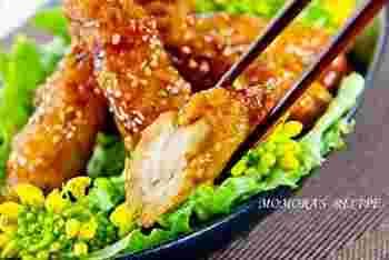 揚げないで作る、ウイング風の照り焼きチキンレシピです。鶏胸肉は繊維を断つようにそぎ切りにすることで、お肉が柔らかくなりますよ。