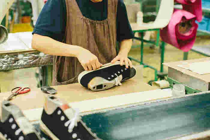 ソールのゴムも丁寧に手巻きしています。テープの太さや位置を調整しながら、絶妙な力加減で巻いていくこの工程も、機械では決して出来ないもの