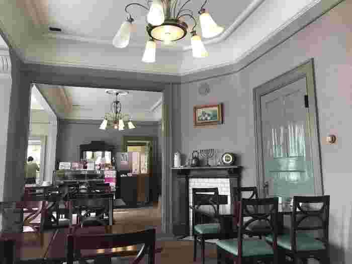 1階にあるカフェが「サロンドカフェアンジュ」です。アンティーク調の落ち着いた空間でランチやスイーツが楽しめます。